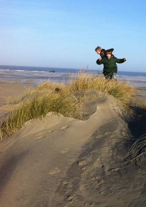 springende kids op strand_300